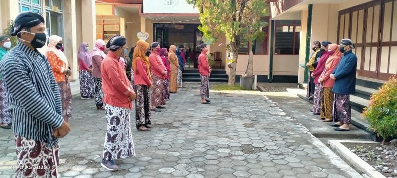 Apel Pagi Dengan Pakaian Jawa, Pagawai Dinas Diminta Selalu Jaga Kekompakan