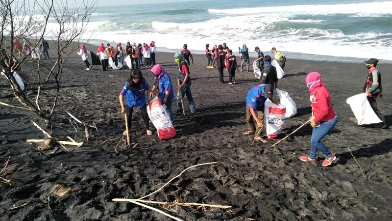 Peduli Lingkungan, Komunitas Relawan Bumirejo Gropyok Sampah di Pantai Trisik